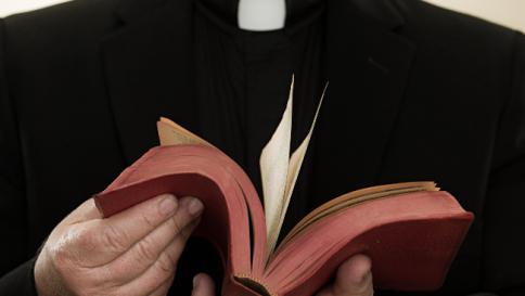 Abusò di tre minori mentre era parroco a Palermo: arrestato