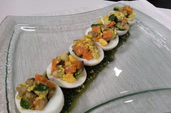 Uova ripiene di verdure e pesto