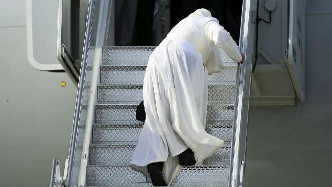 New york papa francesco inciampa nella veste sulla for Cane nella cabina dell aereo