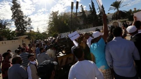 Libia, scontri e disordini a Tripoli dopo l'assalto al Parlamento: 2 morti