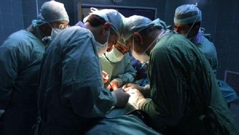 La operano alla gola senza anestesia, lei canta per salvare le corde vocali