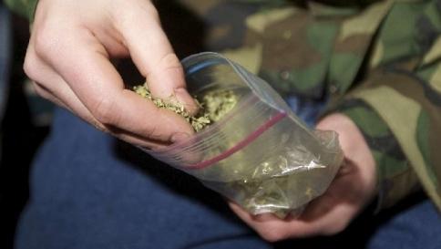 Bambini scavano buca in spiaggia e trovano 2,5 chili di marijuana