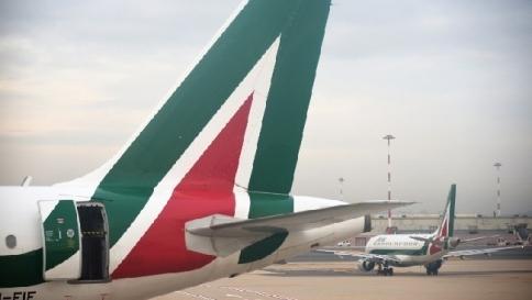 """Alitalia, i sindacati contro gli esuberi: """"Inaccettabili 2.251 licenziamenti"""""""