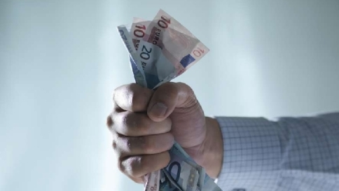 """Cala il reddito reale delle famiglie Bankitalia: """"Giù consumi, su risparmi"""""""