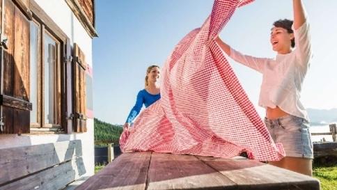 Le tovaglie di carta inquinano troppo: quelle in tessuto sono più green