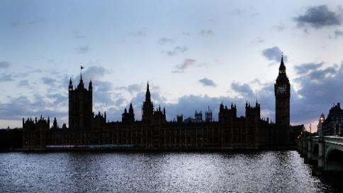 A Westminster spesi 1,7 milioni in alcol: politici amano bionda italiana