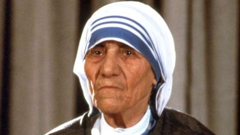 Papa firma canonizzazione, Madre Teresa diventa Santa