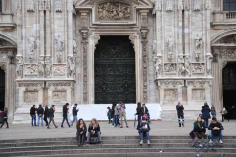 Milano, Duomo imbrattato da un unico writer: filmato il gesto vandalico