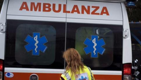 Torino, tenta di scavalcare la recinzione di casa: muore strangolato