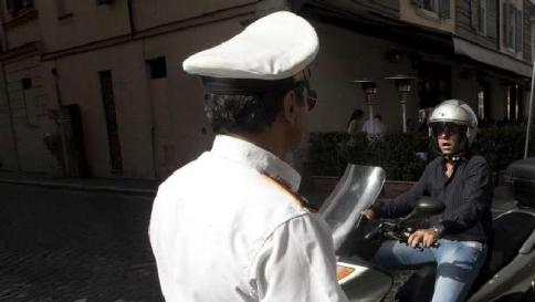 Bergamo: in congedo retribuito per la mamma malata, vigile fa il dj in disco