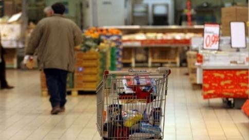 Crisi, gli italiani risparmiano sul cibo: -2 miliardi di spesa sugli alimentari