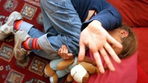 Padre abusava del figlio di sei anni: arrestato$