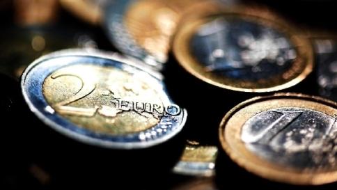 2 GENNAIO - L'euro scende a 1,2035 dollari, minimi da giugno 2010 mentre lo spread Btp cala a 128 punti e i Bonos sotto quota 100