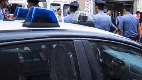 Armato di fucile si barrica in casa con bimbo: preso
