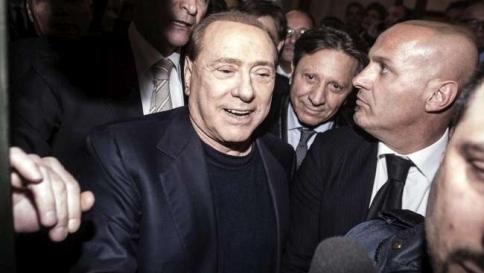 """Berlusconi alle ragazze: """"Attaccato dalla magistratura militante"""""""