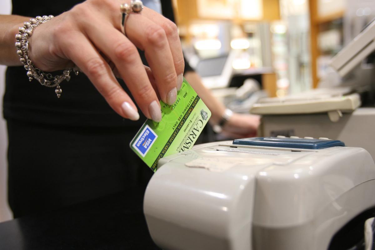 Cresce l'utilizzo di bancomat e delle carte di credito