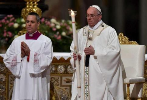 Papa Francesco nella Basilica San Pietro per la veglia pasquale