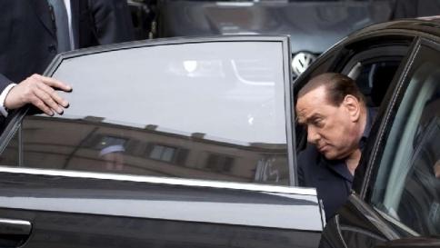 Berlusconi con stampella per una