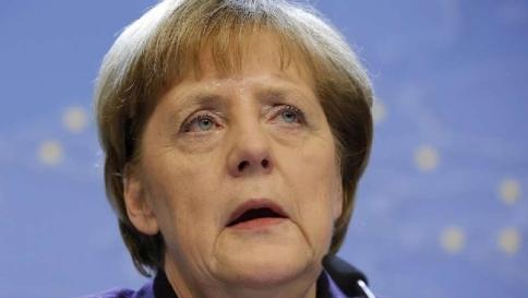 """Merkel a Davos promuove Renzi: """"Finalmente riforme anche in Italia"""""""