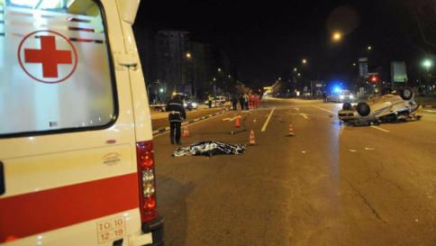 Torino: auto contro semaforo, muoiono tre ventenni