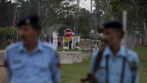 Pakistan, violentata e sepolta viva Ma la tredicenne riesce a liberarsi
