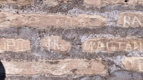 Incidono i loro nomi sul Colosseo: denunciate due turiste americane