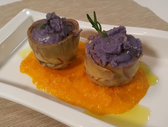 Fondi di carciofo con purè di patate viola su ragù di zucca