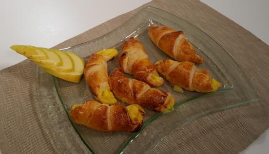 Cornetti di pasta sfoglia con crema e mele