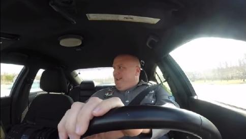 Il poliziotto che balla in auto diventa subito virale in Rete