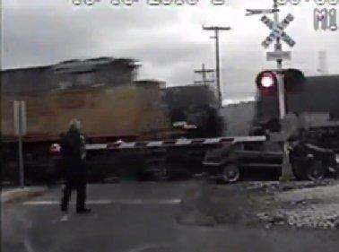In fuga dalla polizia, Auto travolta da due treni C_4_articolo_2003158_upiFoto1
