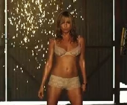 Jennifer Aniston, spogliarellista hot sul set