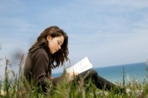 Troppi libri da leggere sotto l'ombrellone? Niente paura, ve li twittano i social