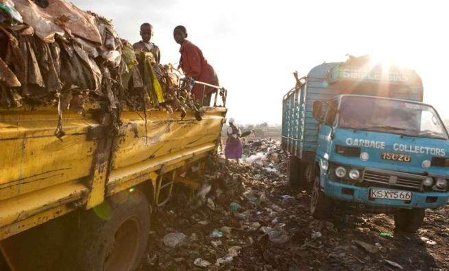 Kenya, i bimbi vivono nella discarica C_4_articolo_2047456__ImageGallery__imageGalleryItem_3_image