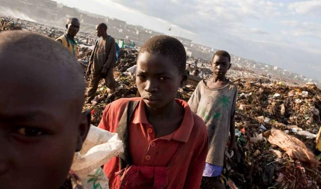 Kenya, i bimbi vivono nella discarica C_4_articolo_2047456__ImageGallery__imageGalleryItem_7_image