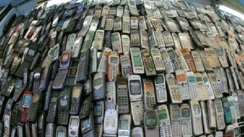 Crisi, Italia spende per cellulari e risparmia sul cibo