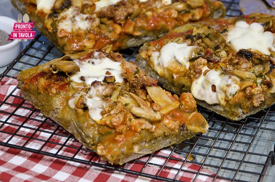 Pizza di grano arso funghi e salsiccia