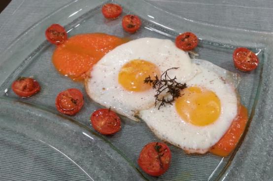 Uovo al forno su crema di peperoni
