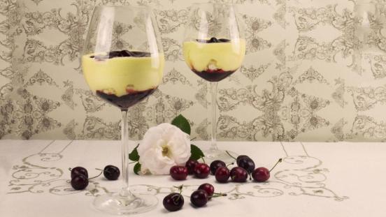 I dolci di Alice: coppa di crema al mascarpone, meringhe e ciliegie