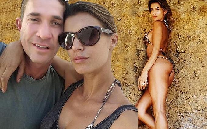 Canalis, in bikini dopo le nozze con Brian