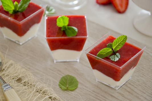 Bicchierini di fragole e yogurt greco