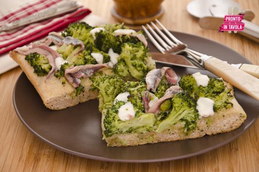 Pizza con broccoli e acciughe