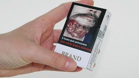 """Ue, guerra al fumo con foto shock sui pacchettiMa c'è chi si oppone: """"È solo terrorismo"""""""