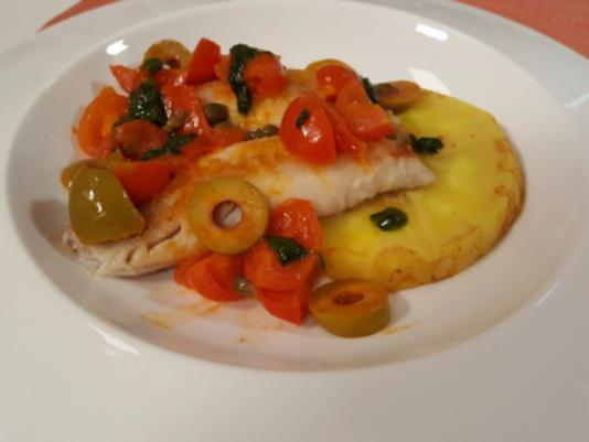 Filetti di triglia fritti in guazzetto di pomodorini e olive verdi