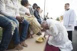 Papa lava i piedi a 11 profughi e un'operatrice del Cara