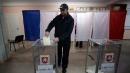 """Crimea al voto, i seggi """"abbigliati"""" con la bandiera della Crimea"""