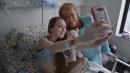 Cile, la Bachelet visita 14enne che chiede l'eutanasia