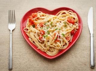 Secondo il dietologo delle dive, Nicola Sorrentino, la pasta non fa ingrassare. Se abbinata a verdure e legumi, è un pasto completo e bilanciato dal punto di vista tradizionale. Il problema sono i condimenti.