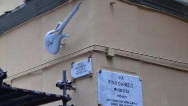 Pino Daniele, un monumento-chitarra lo ricorda