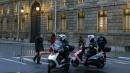 """Paura a Parigi, auto travolge una poliziotta davanti all'Eliseo: """"Non è un attentato"""""""