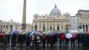 Roma, Papa dona ombrelli ai clochard